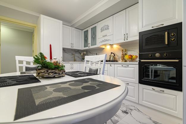 Cucina bianca in stile classico poco prima del natale