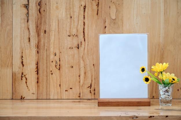 Etichetta bianca sul tavolo con spazio per il testo. supporto per scheda tenda acrilica utilizzata per menu