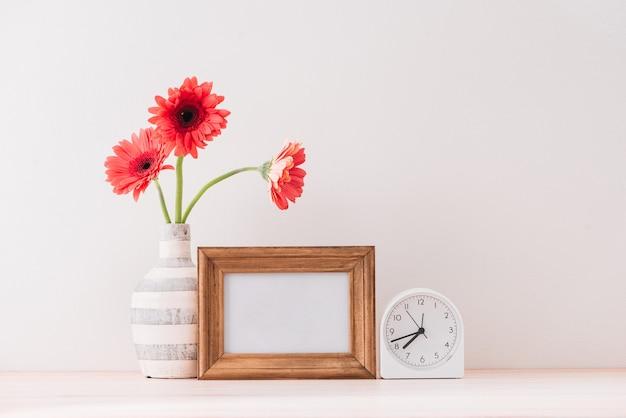 Cornice orizzontale bianca con un vaso di gerbera accanto alla cornice, sovrapponi la tua citazione, promozione, titolo o design, ideale per piccole imprese, blogger di lifestyle e campagne sui social media