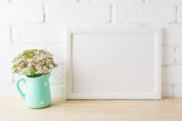 Mockup di cornice di paesaggio bianco con morbidi fiori rosa in brocca