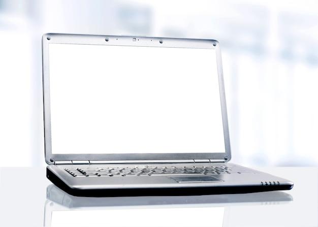 Computer portatile bianco in ufficio.