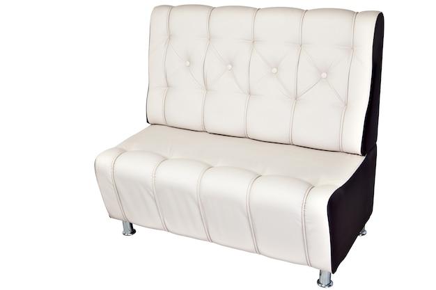 Panca moderna in pelle bianca con spazio di archiviazione isolato
