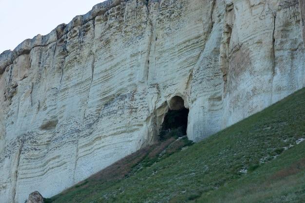 Roccia calcarea bianca, natura selvaggia della montagna, punto di riferimento nazionale. foto di alta qualità