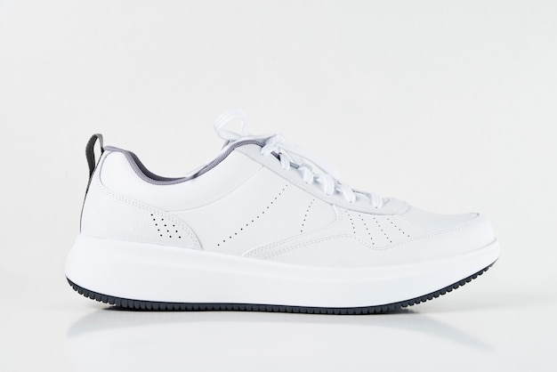 Scarpa da tennis maschio bianca isolata su bianco