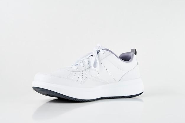 Sneaker maschio bianco su sfondo bianco isolato. moda scarpe sportive alla moda