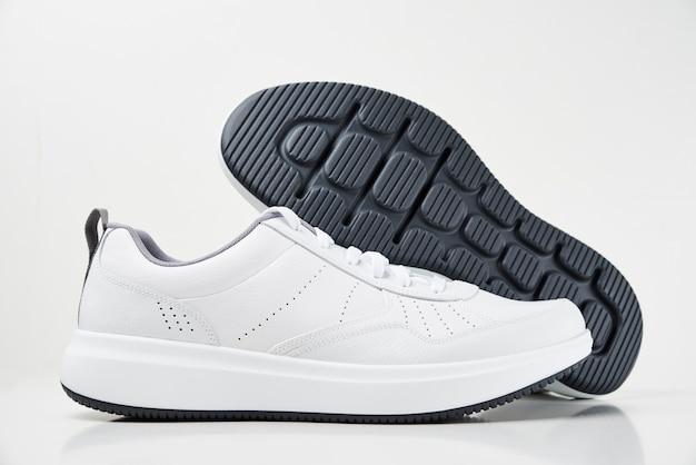 Scarpe da ginnastica maschii bianche isolate su bianco Foto Premium