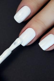 Pittura manicure bianca