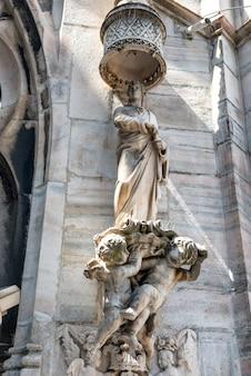Statue in marmo bianco sul tetto del famoso duomo di milano in piazza a milano, italia