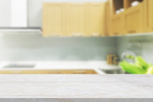 Piano di lavoro in pietra di marmo bianco con sfondo sfocato della cucina