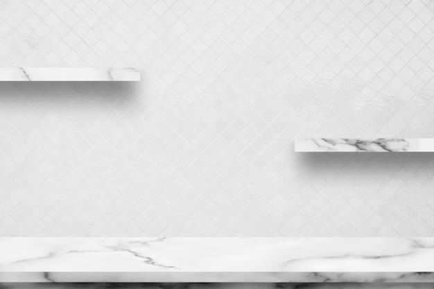Tavola di marmo bianca con il fondo ceramico interno decorativo della parete della stanza bianca.