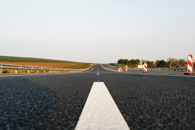 Linea di marcatura bianca sulla strada asfaltata sull'autostrada
