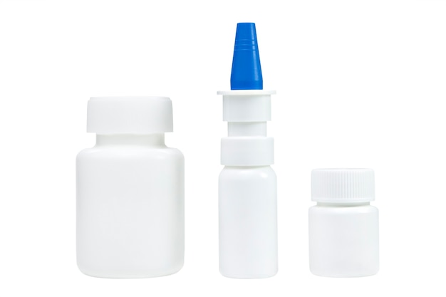 Barattoli medici bianchi e spray nasale. isolato