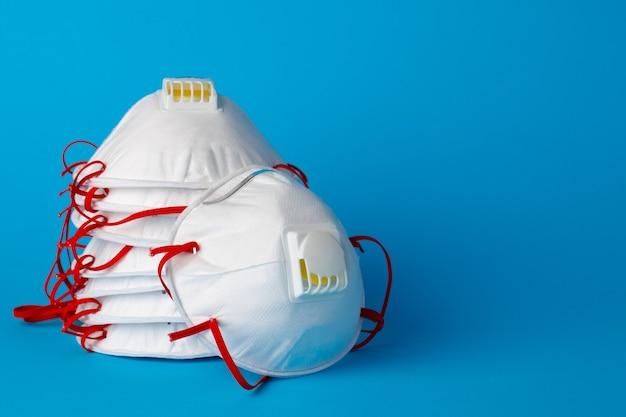 Respiratore con maschera medica bianca per protezione da virus e inquinamento