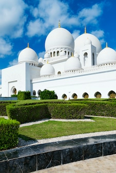 Moschea bianca in stile arabo