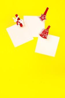 Nota bianca con una molletta rossa di natale. copia spazio