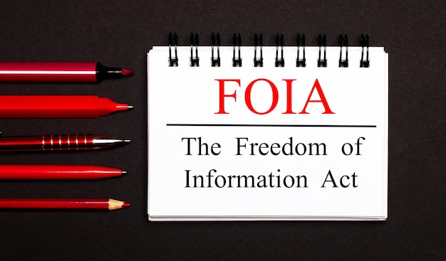 Un blocco note bianco con il testo foia the freedom of information act