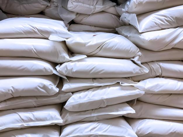 Borse da costruzione in nylon bianco piene di contenuti sconosciuti