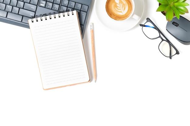 Tavolo da ufficio bianco, taccuino vuoto con laptop e caffè caldo. vista dall'alto con copia spazio, disposizione piatta e copia spazio