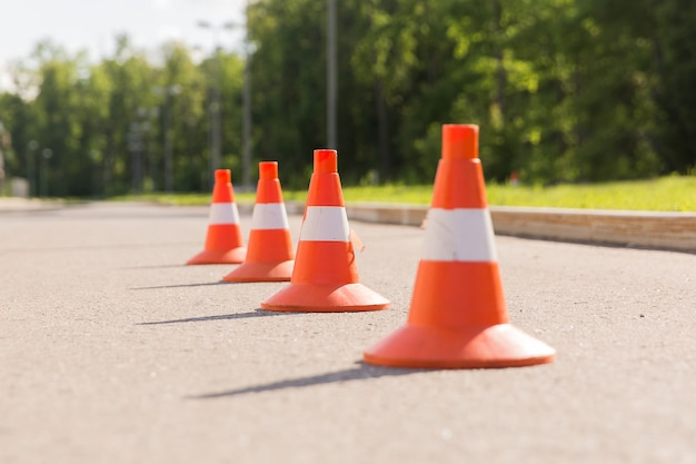 Coni bianchi e arancioni per l'allenamento della scuola guida all'aperto orizzontale