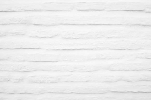 Vecchio muro di mattoni verniciato bianco