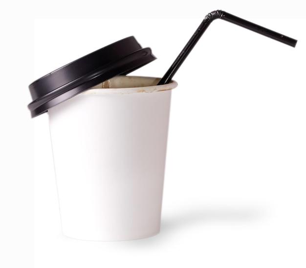 Tazza di carta bianca da bere con cannuccia su superficie bianca