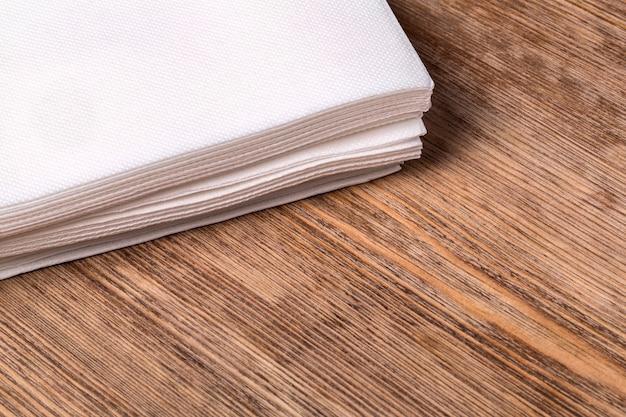 Tovagliolo di carta bianco sulla vecchia tavola di legno