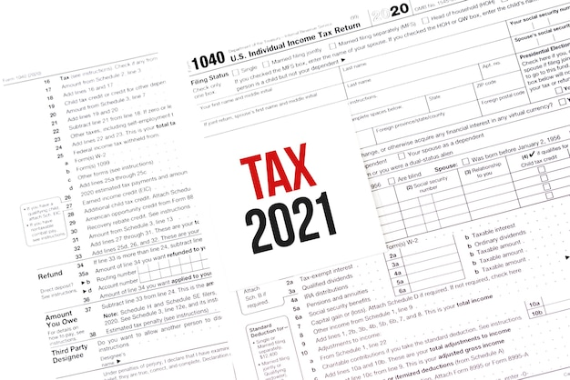 Nota di carta bianca con le parole tassa 2021 sul calendario