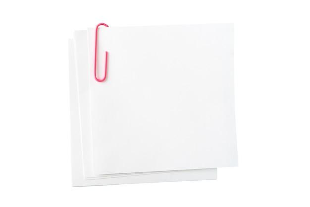 Carta bianca per appunti, graffetta rosa su fondo bianco