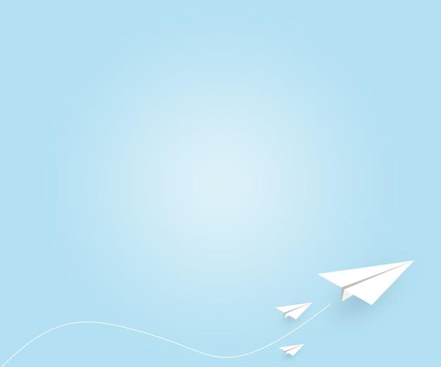 Aereo di carta bianca che vola sullo sfondo del cielo blu