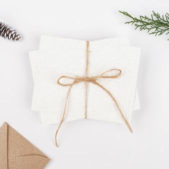 Libri bianchi con busta artigianale con rami di abete