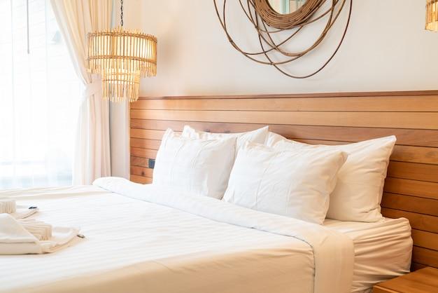 Decorazione cuscino bianco sul letto all'interno della camera da letto