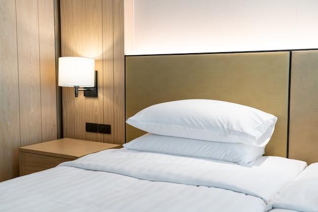 Decorazione cuscino bianco sul letto nella camera da letto del resort dell'hotel