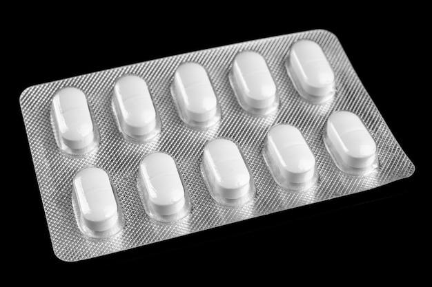 Pillole bianche in blister da vicino