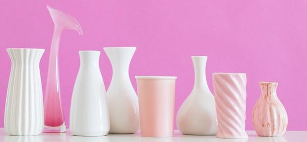 Vasi bianchi e rosa sulla parete rosa