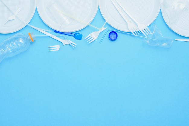 Plastica bianca su sfondo blu. inquinamento plastico