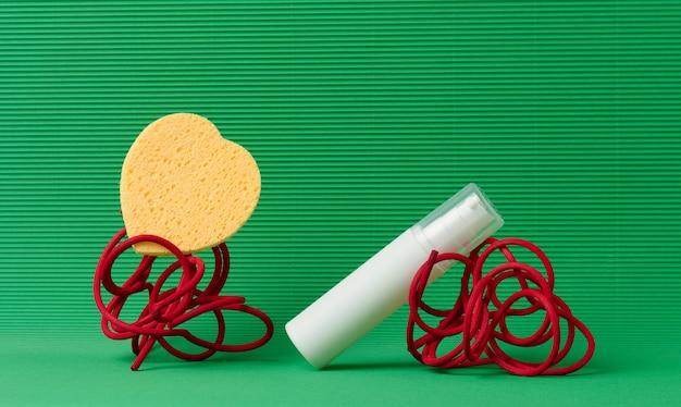 Bottiglia di plastica bianca con dispenser per cosmetici su sfondo verde. vuoto per prodotti di branding, crema idratante, mock up
