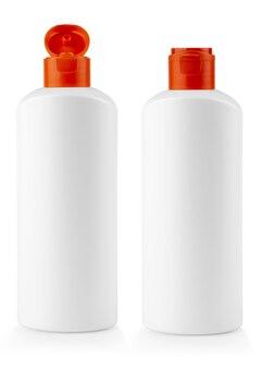 La bottiglia di plastica bianca con coperchio rosso con shampoo su sfondo bianco