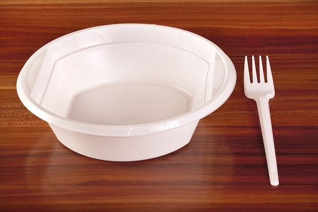 Piatti e forchette di plastica bianca per picnic
