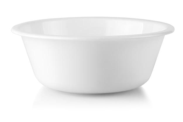 Il piatto bianco isolato su sfondo bianco.
