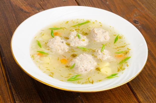 Piatto bianco di zuppa di polpette
