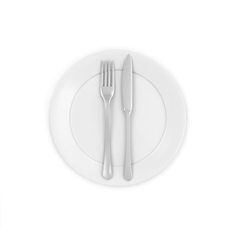 Piatto bianco con forchetta e coltello isolato su bianco