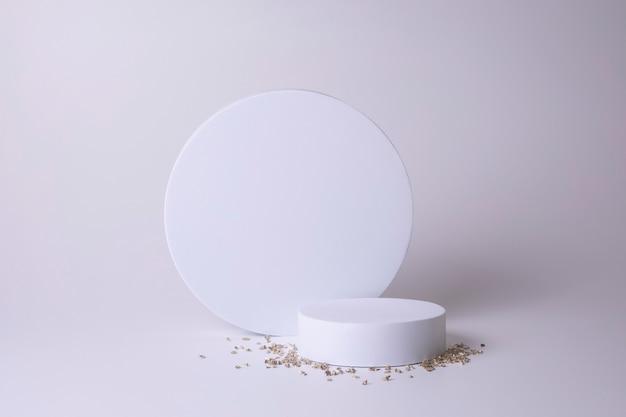 Podio bianco su fondo bianco con piccoli cristalli. podio per prodotto, presentazione cosmetica. mock up creativo. piedistallo o piattaforma per prodotti di bellezza. design minimalista.