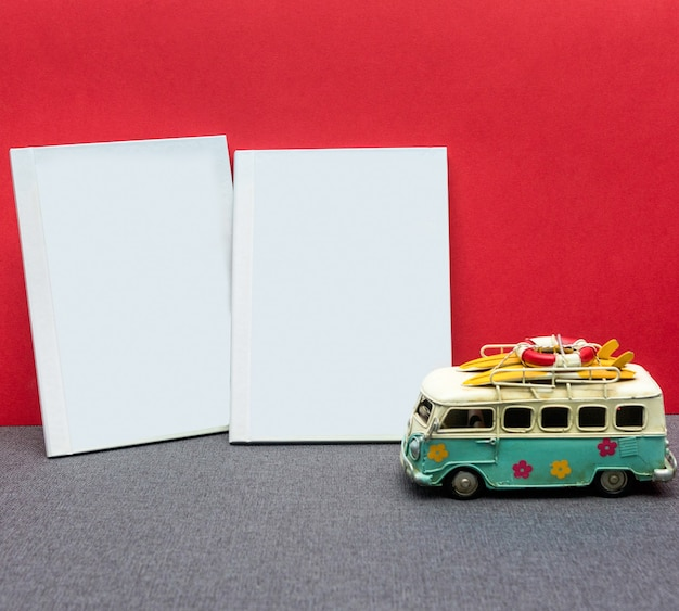 Libro bianco da cartolina con fiore con sfondo rosso