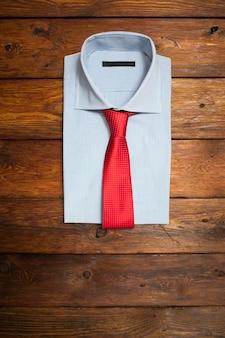 Camicia stampata bianca con cravatta rossa. moda aziendale