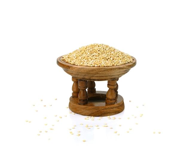 Semi di quinoa bianca in ciotola di legno