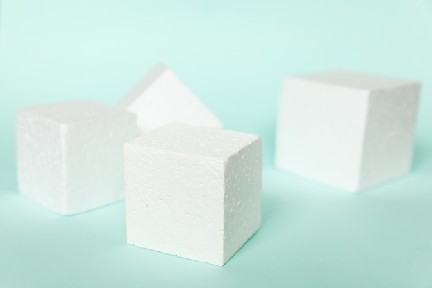 Forme di podio cubo rettangolare bianco su sfondo blu