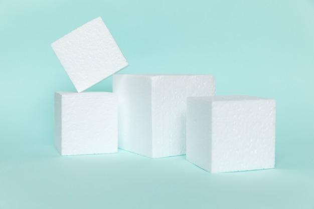 Forme di cubo rettangolare bianco su sfondo blu