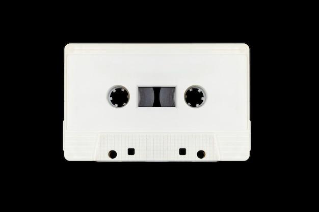 Bianco retrò mock up cassetta a nastro isolato su sfondo nero con tracciato di ritaglio
