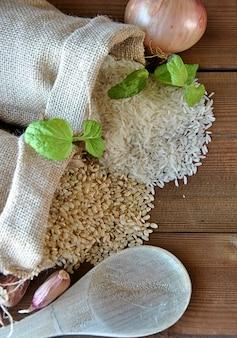 Riso bianco e riso integrale in sacchetti di tela
