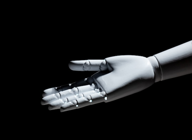 Gesto aperto della mano del robot bianco isolato su fondo nero
